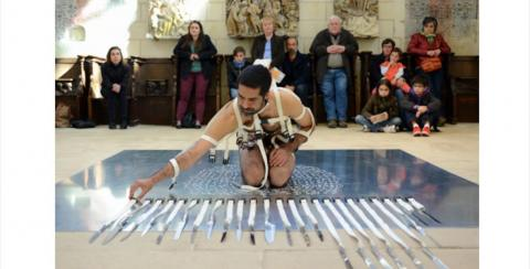 Ali Moini (Irán). Performance: My Paradoxical Knives